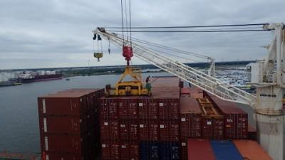 Les 2 gues du cargo charent les containers