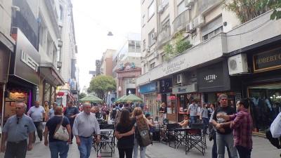 la rue piétonne et commercante