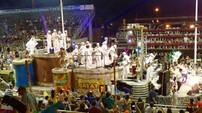 et sur les chars, du spectacles : chanteurs et danseurs
