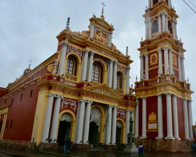 l'église San Francisco et la statue de St François d'Assise