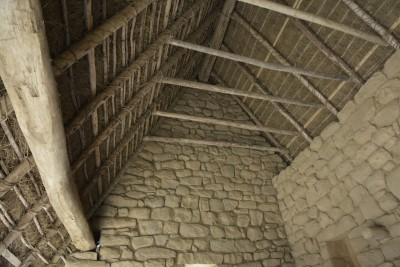 charpente bois, toiture en joncs