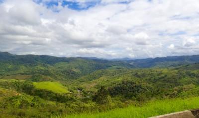 les montagnes sont recouvertes de forêt tropicale