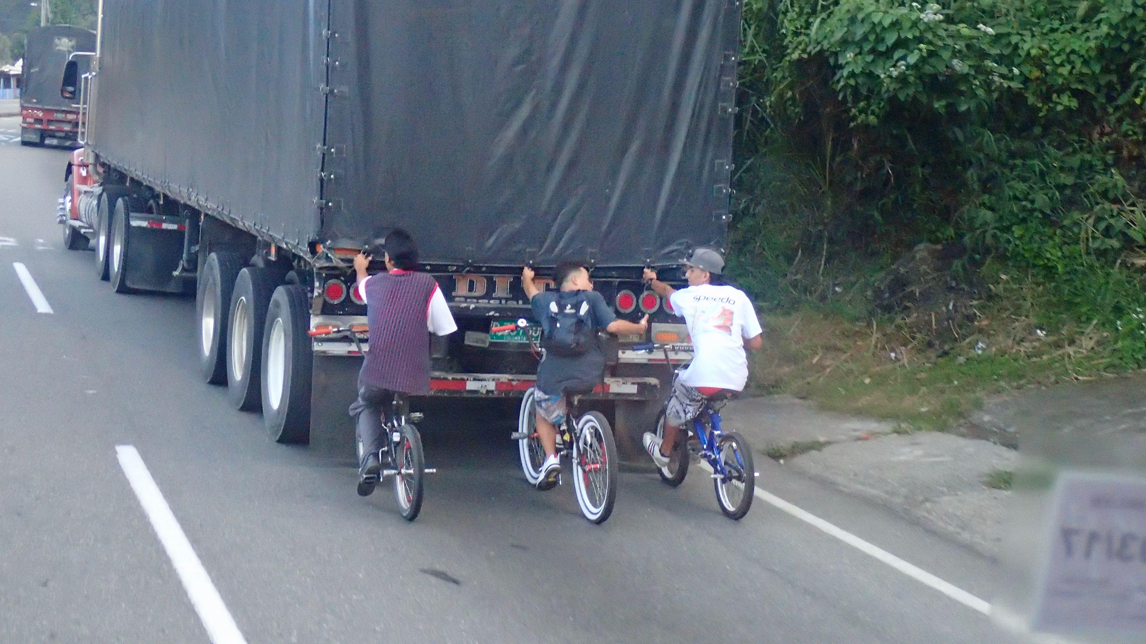 l'amusement : se faire remorquer par les camions jusqu'en haut de la côte pour la redescendre bille en tête !