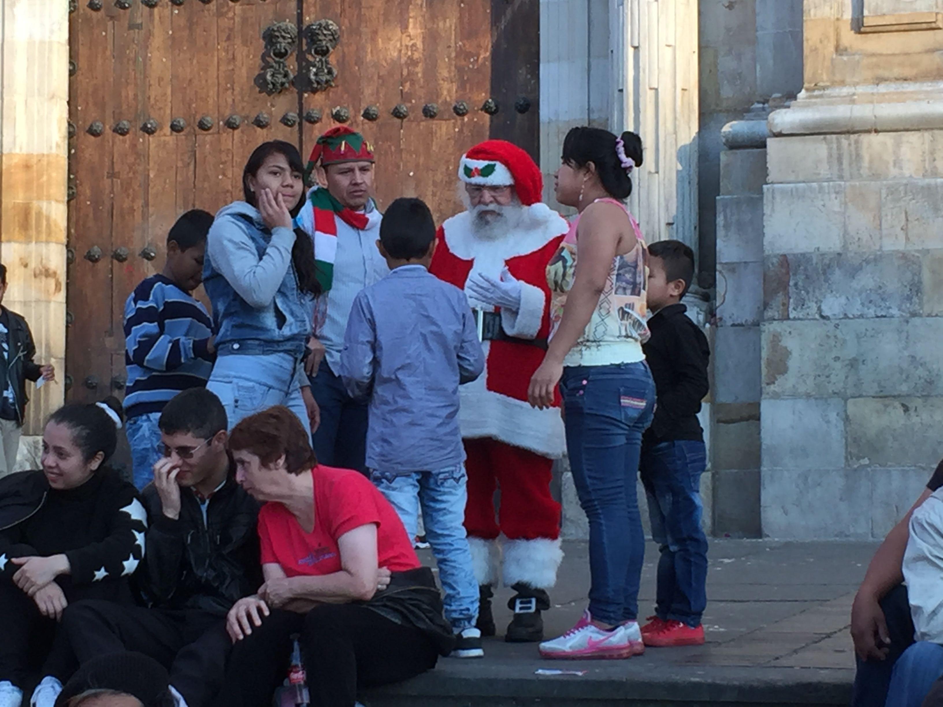 Le père Noël devant la cathédrale