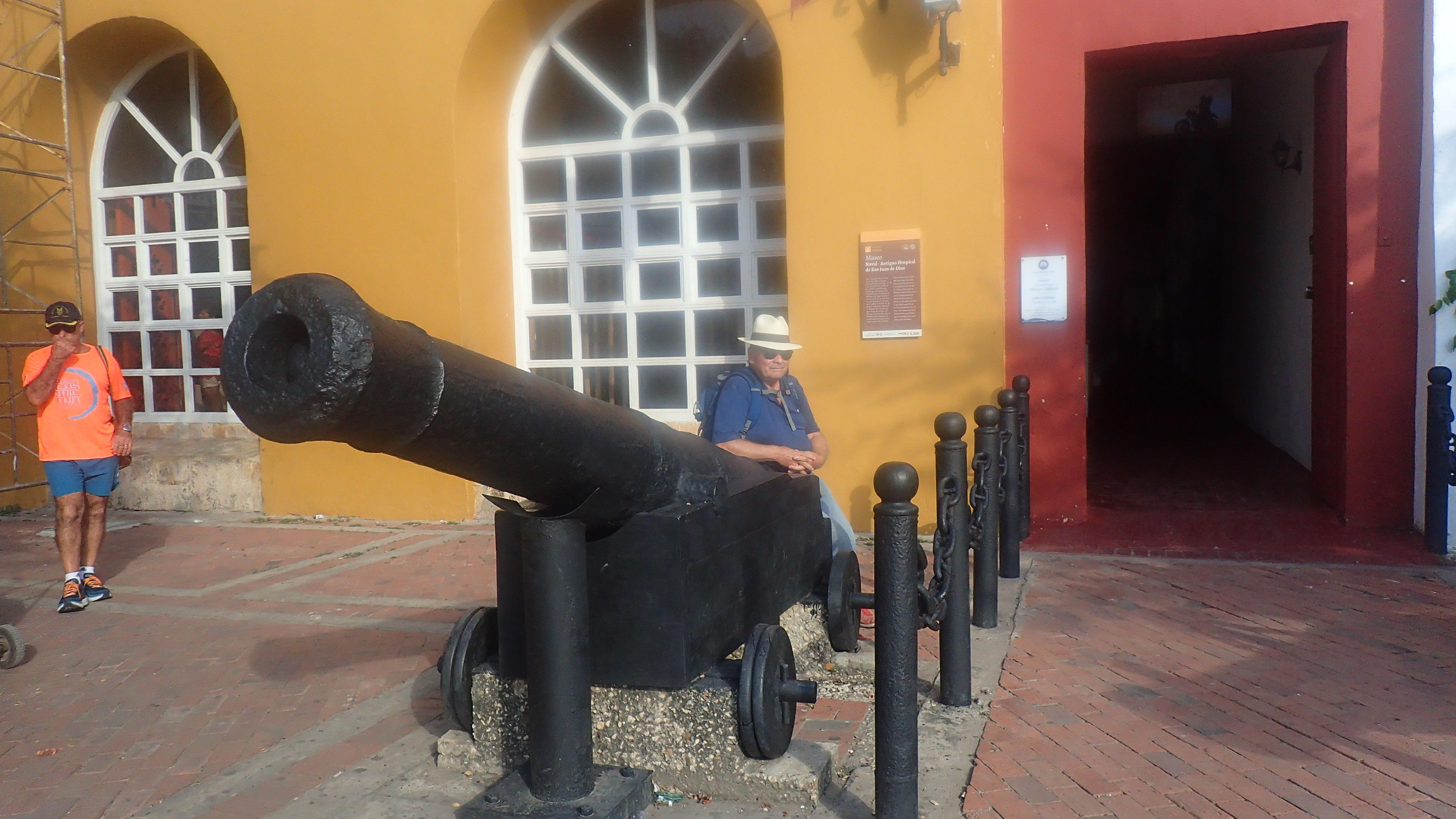 Devant le musée navale