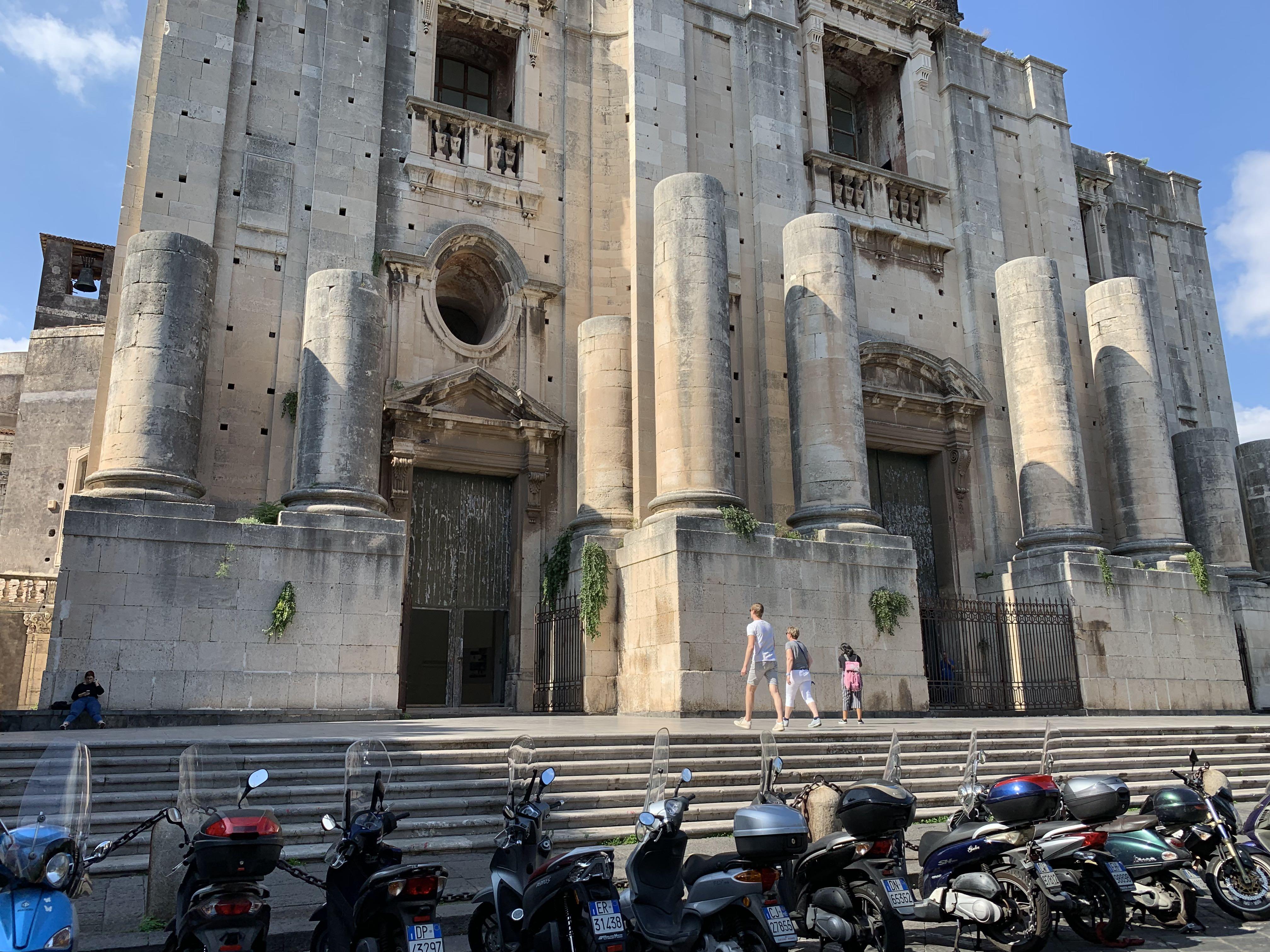 L'église n'a pas été achevé mais le monastère abritait jusqu'à 600 séminaristes
