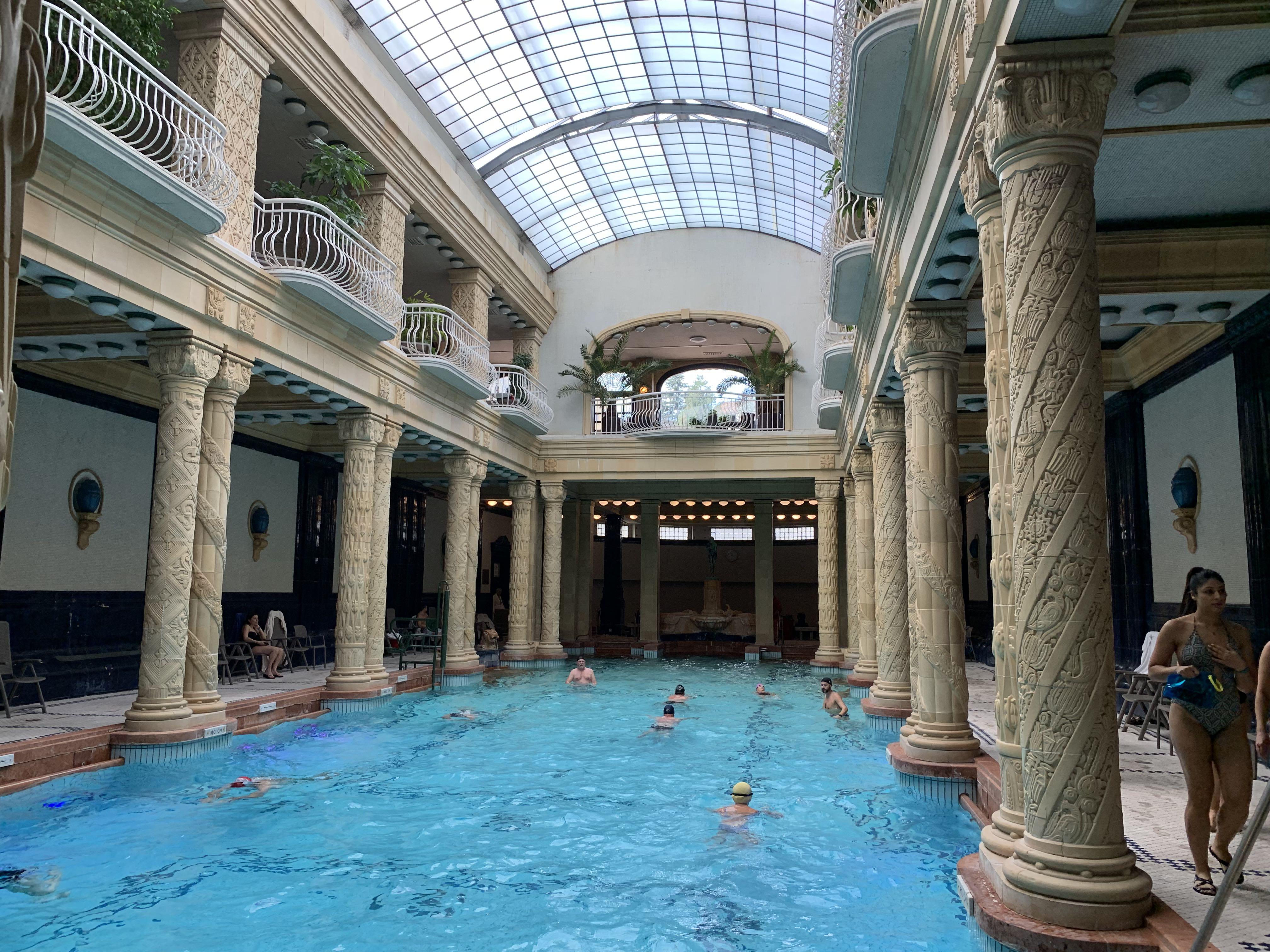 la piscine intérieure, le jour
