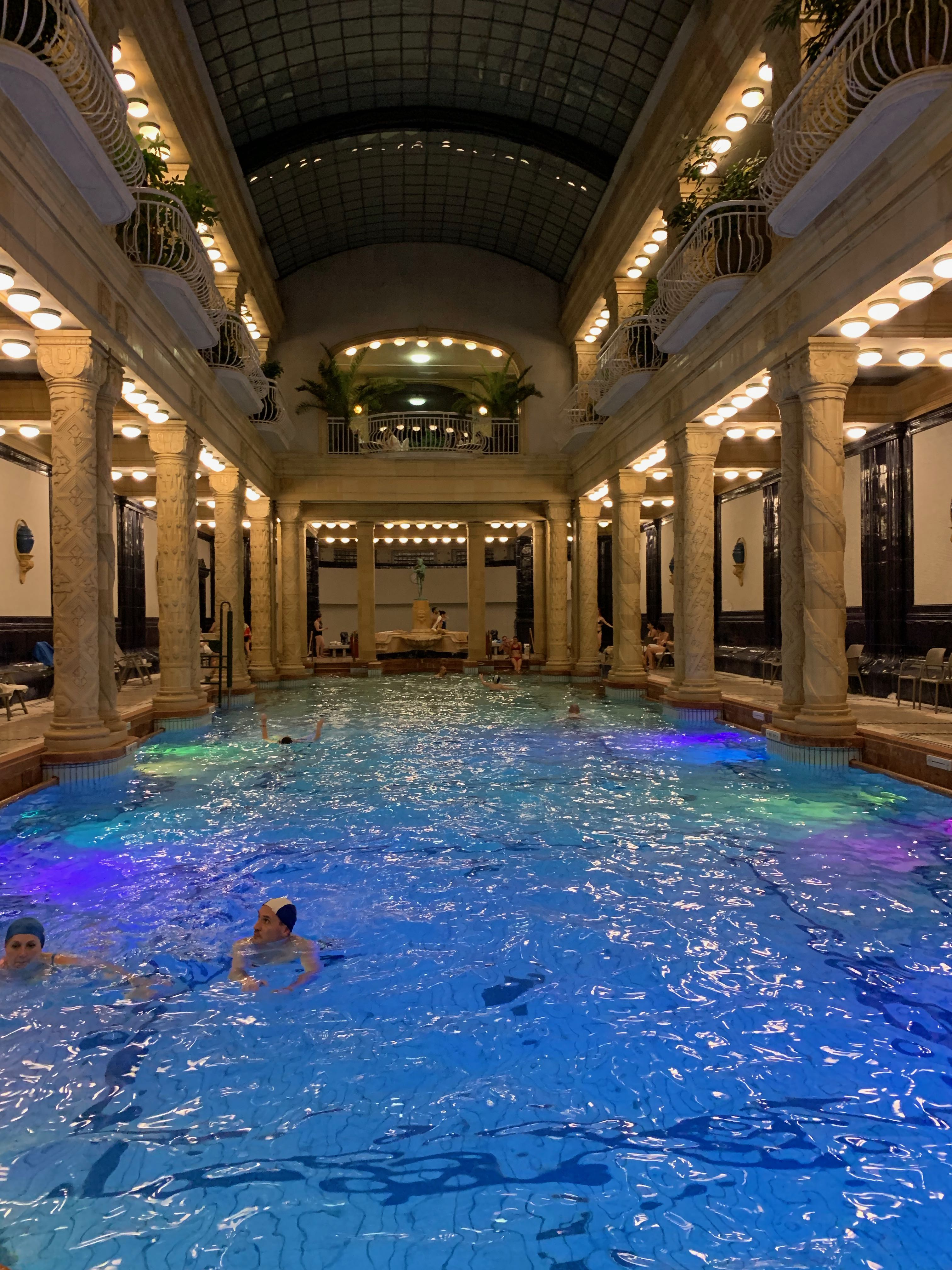 la piscine intérieure de nuit